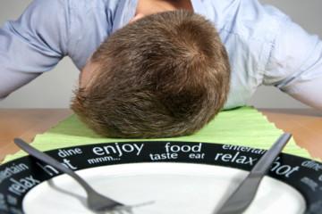 kevesebb alvás több evés