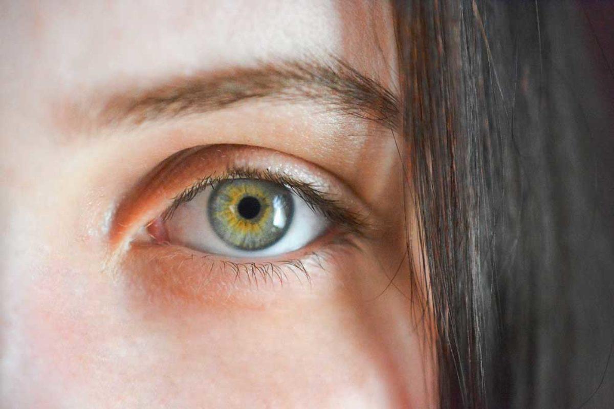 homályos látással járó szemfájdalom)
