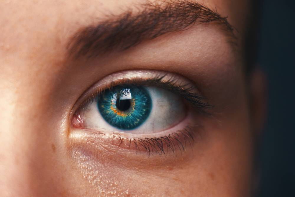 valami zavarja az egyik szem látását)